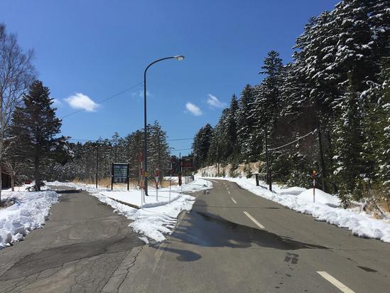左が駐車場とトイレ、右がオンネトーへの道